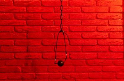baillon mur brique rouge chaine metal